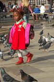 Kind-zwischen-Tauben.jpg